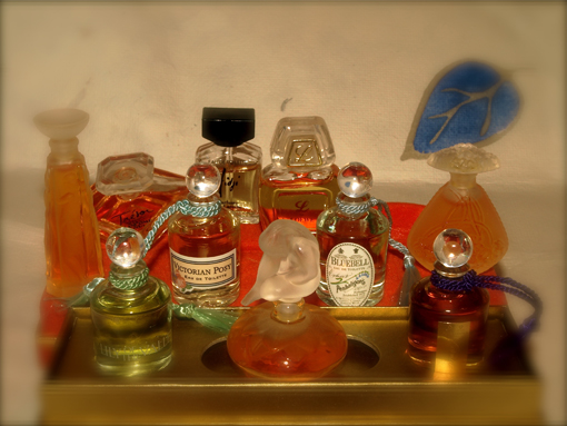 Colección de perfumes en miniatura