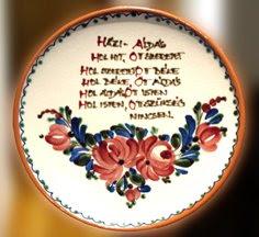 Plato de cerámica con oración en hungaro bendiciendo la casa