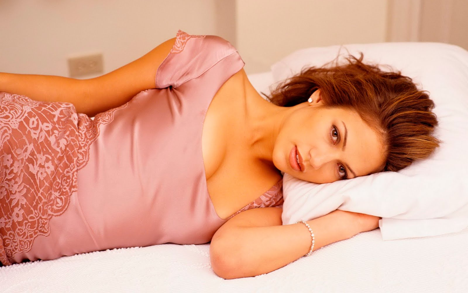 hot girl on bed - photo #26