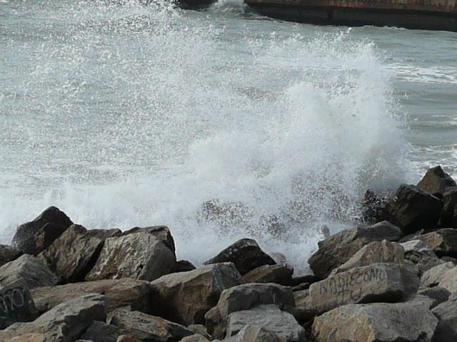 Rompiente del mar sobre rocas.