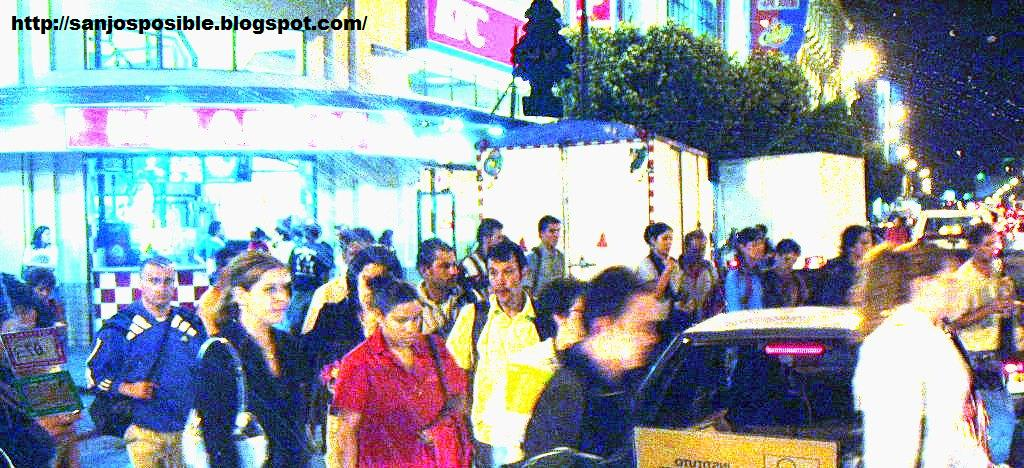 [Peatones+por+la+noche.]