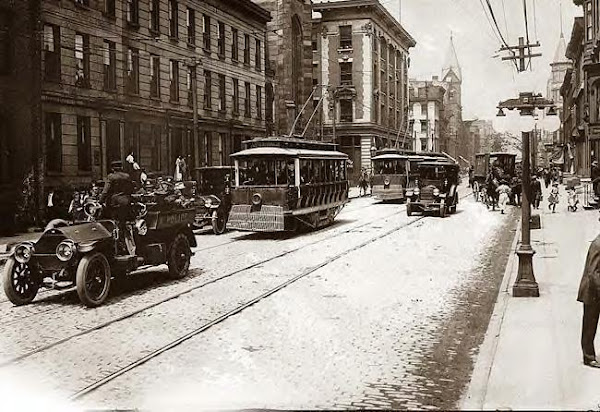 Trolley, (forunner of the city bus), on a Cincinnati, Ohio street, 1913