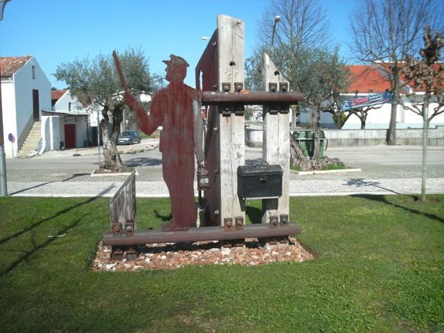 Monumento de homenagem aos ferroviários em Miranda do Corvo.
