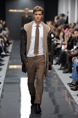 Il contemporary man del prossimo Autunno-Inverno 2011 2012 inizia la  giornata in ufficio impeccabile nei cappotti double di foggia sartoriale  con ... 9575b6f97c3