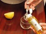 Versez une cuillére à café d'huile d'argan dans un verre