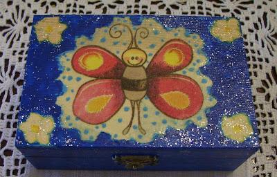 Caixinha azul com borboleta e brilhantes