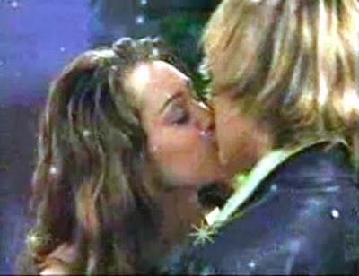 beso de miley cyrus y Cody Linley