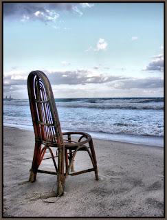 стул на берегу моря