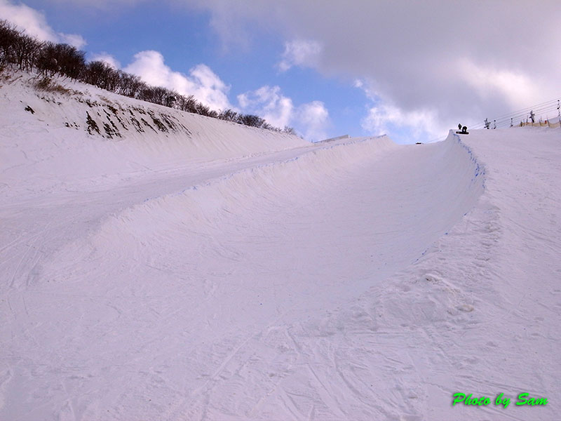 昨年は滑ることすらできなかったこのエリアに、今年は嘘のように雪があります... ハーフパイプオー