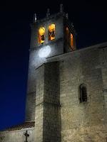 Vista nocturna de la torre de la iglesia parroquial de Robledo de Chavela desde la que se escuchaba el supuesto fantasma