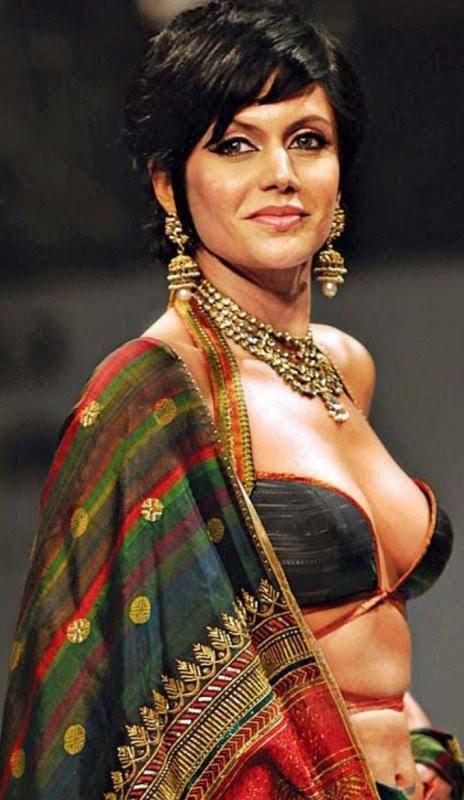 Mandira Bedi Cleavage Show In Saree At Kolkata Fashion Show