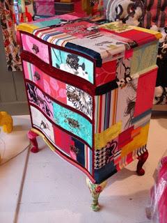 mueble estilo DIY muy colorido