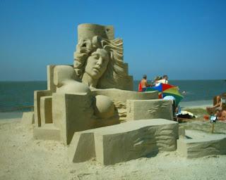 escultura de una mujer en arena, arte en arena