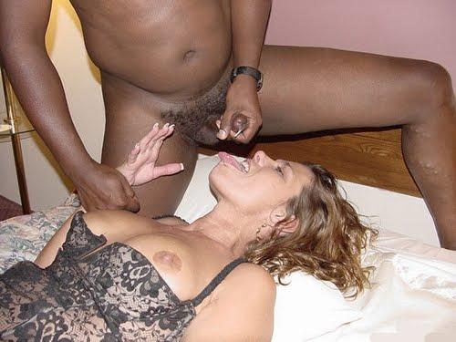 Chica blanca desnuda follando con chico negro
