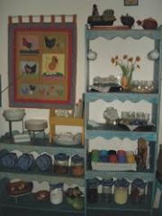 armário de cozinha com painel de galinhas