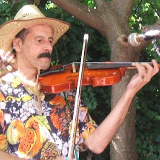 Daniel tocando el violín