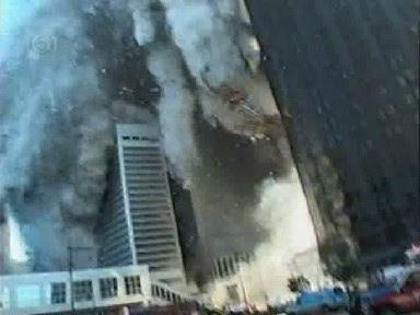 Escombros llegando al suelo antes de que los pisos inferiores colapsen