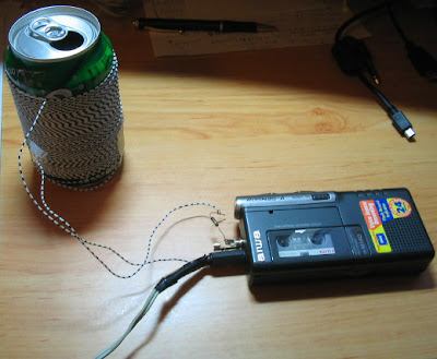 Espira enrollada en una lata que sirve para captar ondas electromagnéticas, con un diodo para demodular. Conectado a la grabadora para que sirva de pre-amplificador