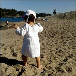 Yksivuotias lapsi uimarannalla