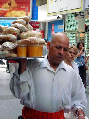 Delivery sur la peatonal Lavalle ! Tout un monde à Buenos Aires !
