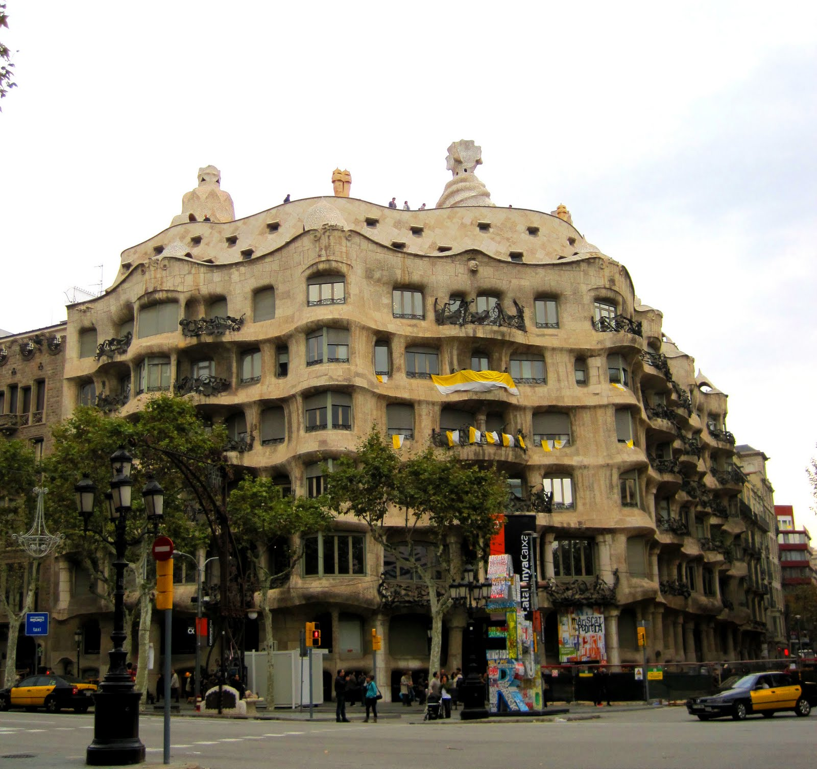 Barcelona Apartment Building: Architect Design™: Casa Milà