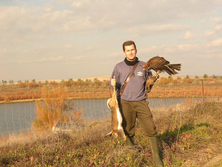 Carlos Lazcano con una magnífica liebre recién capturada.