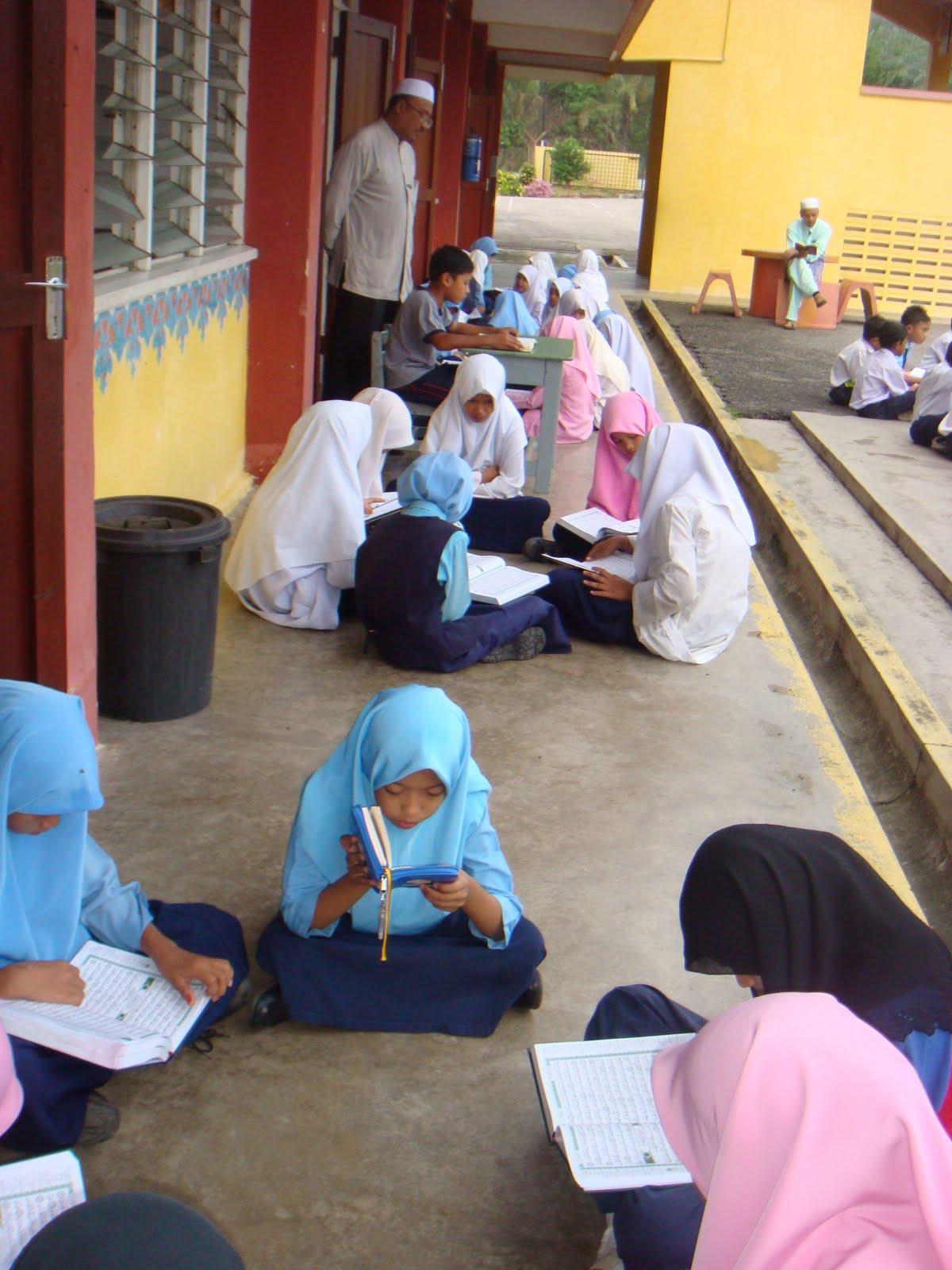 Aksi cikgu dengan murid - 1 4
