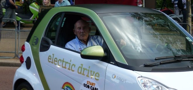 Stirling Moss parks an electric Smart car