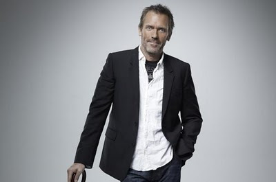 el dr house sentado con su baston