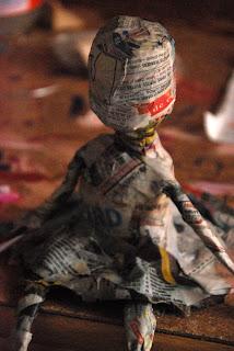 une petite fée princesse assise sur un pot de confiture dans une cuisine en papier mâché réalisée par l'illustratrice laure phelipon