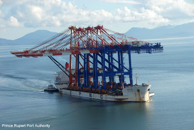 as the vessel approaches the container terminal we see a total of four cranes on her deck the three blue cranes to be delivered here the fourth red crane - Seecontainerhuser Wa