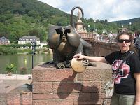 Mono en el puente de Carlos Teodoro