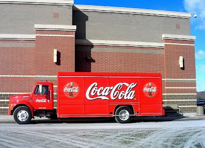 Coca cola yang secara konsisten menggunakan kombinasi warna merah, hitam dan putih dari mulai warna baju karyawan sampai kepada warna gedung sekalipun.
