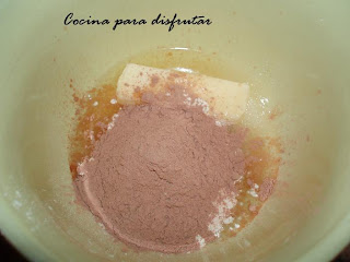 receta PASTEL DECORADO DE ARABESCOS DE MOUSE DE NUTELLA CON NATILLAS