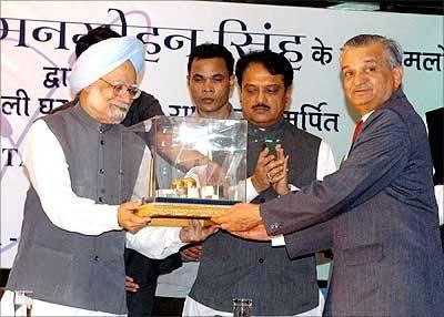 Dr. Anil Kakodkar with indian prime minister Dr. Man Mohan Singh