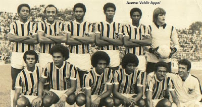 Time posado do Volta Redonda de 1976 que empatou com o Flamengo por 1x1  pelo campeonato Carioca com a dulpa de zaga Fred e Fernando ed6e9f2c794fc