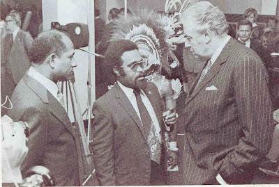 https://i0.wp.com/1.bp.blogspot.com/_Iro6AankEEI/SJFWe8YyNHI/AAAAAAAAA4w/IzOIWzL2AhA/s400/Somare+talks+to+Australian+prime+minister+Gough+Whitlam+duri.jpg