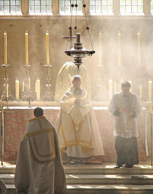 No século XIII nasceu um Movimento Eucarístico que deu origem à Exposição e Bênção do Santíssimo Sacramento