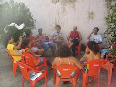 Juntos: crianças, adolescentes e educadores acompanhantes debatendo sobre os grupos