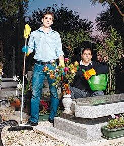 נדב פתאל ובועז מוסיוב בעלי חברת גינות עדן - חברה לתחזוקת קברים
