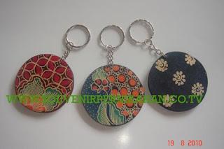 Souvenir pernikahan gantungan kunci batik kayu harga murah