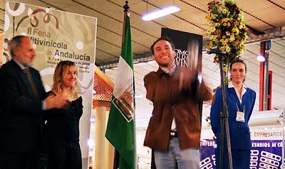 Rodrigo Fernández de la Reguera en el moment de recollir el primer premi del concurs d'etiquetes de vi 2003 del Consejo Regulador de la D.O. Montilla-Moriles