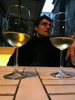 Jose en la terraza de 'Gusto con las dos copas de vino blanco