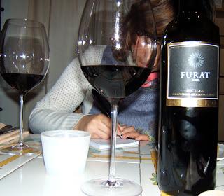 Pilar tomando notas en el restaurante Enoteca Ferrara