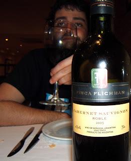 Jaume Vidal bevent una copa de Finca Flichman Cabernet Sauvignon Roble 2005 al Restaurante Asador Argentino El Rancho de Terrassa
