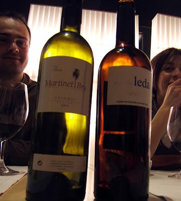 Ángel y Sonia custodiando las dos botellas de vino; el Martinet Bru 2004 del Priorat y el Más de Leda 2004 de la Riebra del Duero