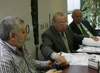 El experto José Manuel Ruiz Asencio, entre el concejal de Cultura mirandés y el presidente de la entidad cultural. Foto: Valdivielso para Diario de Burgos