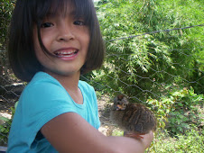 Sofía posando con un polluelo de chachalaca