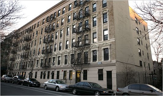 The Outer Boroughs Have An Urban Feel To Them That Is Unmistakable Typical New York Apartment A 5 Or 6 Story Brick Clad Walk Up