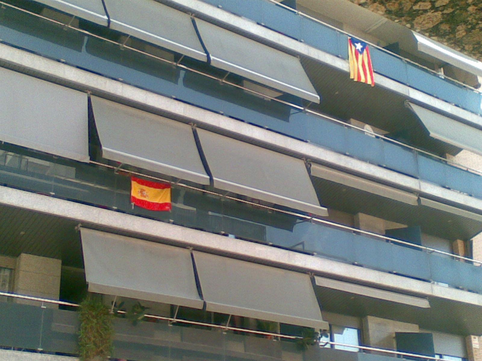Banderas de distinto signo ideológico en una misma fachada